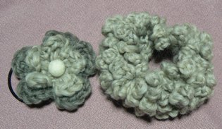 手紡ぎ毛糸のシュシュ
